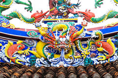 Gammal drakestaty på taket i kinesisk tempel Royaltyfria Bilder