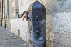 Gammal dricksvattenspringbrunn royaltyfria bilder
