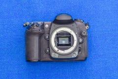 Gammal DSLR-kamerakropp utan linsen Fotografering för Bildbyråer