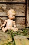 Gammal eftersatt docka framme av ett herrelöst godsskjul Fotografering för Bildbyråer