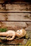 Gammal eftersatt docka framme av ett herrelöst godsskjul Royaltyfria Bilder