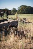 Gammal eftersatt släp i jordbruksmark arkivbild