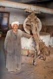 Gammal egyptisk arbetare i traditionell galabeya royaltyfri foto