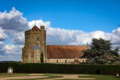 Gammal engelsk landskyrka på en solig dag Royaltyfri Fotografi