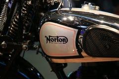 Gammal engelsk motorcykelNorton Model 18 svart Varumärke på närbilden för bränslebehållare royaltyfria bilder