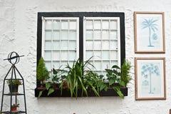 Gammal engelsk tudorstildekor, vita fönster arkivbild