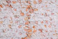 Gammal erosion för förfall för skada för väggen för röd tegelsten, stenar bakgrundsväggen royaltyfria bilder