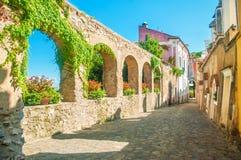 Gammal europeisk gata med stenväggen royaltyfria bilder
