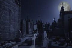 Gammal europeisk kyrkogård på natten Arkivfoto