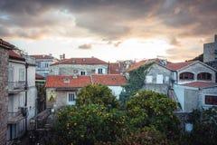 Gammal europeisk stadshorisont med orange tegelplattatak i antik arkitektur bland stad parkerar med träd i den gamla europeiska s royaltyfria bilder