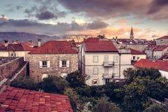 Gammal europeisk stadshorisont med orange tegelplattatak och gammal byggnadsfasad i antik arkitektur med dramatisk himmel i gamma arkivbilder