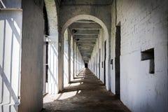 Gammal fängelsekorridor royaltyfria foton