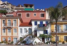 Gammal färgrik byggnadsgata Parga Grekland Arkivfoto