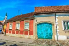 Gammal färgrik gata i Varazdin, nordlig Kroatien royaltyfria foton