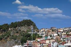 Gammal färgrik hus och fästning på kulleParga Grekland sommar Royaltyfri Foto