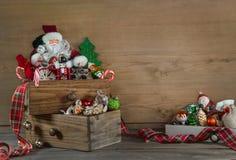 Gammal färgrik julgarnering med santa på träbackgroun Arkivbilder