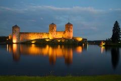 Gammal fästning av Olavinlinna på Saimaa sjön i nattbelysning i aftonen forntida solnedgång för savonlinna för finland fästningol Royaltyfria Bilder