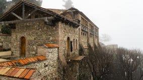 Gammal fästning i dimman royaltyfri fotografi