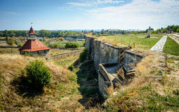 Gammal fästning på floden Dniester i stadböjapparaten, Transnistria Stad inom gränserna av Moldavien under av kontrollunrecognien Royaltyfri Fotografi
