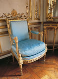 Gammal fåtölj på den Versailles slotten, Frankrike Royaltyfri Fotografi