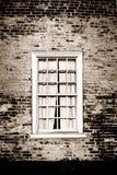 Gammal fönster- och tegelstenvägg på historisk byggnad Royaltyfri Bild