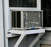 Gammal fönsterluftkonditioneringsapparat Royaltyfri Fotografi