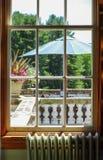 Gammal fönstersikt av terrassen arkivbild