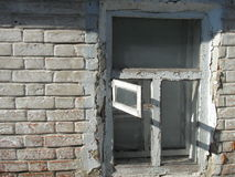 Gammal fönstertegelstenvägg med skuggor Royaltyfri Foto