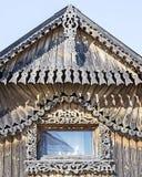 gammal by för hus Journalkojafasad, fragment Bygata i sommaren Träjournalkojor i den Siberian byn arkivbild