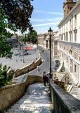 Gammal för trappa trappa ner från den gataGabriele D `en Annunzio till pi fotografering för bildbyråer