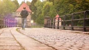 Gammal fördämning i Liberec (Tjeckien) med folk som promenerar vid dess kullersten arkivfilmer