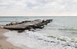 Gammal fördämning på kusten av Black Sea Arkivfoton