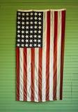 Gammal Förenta staternaflagga på gräsplan Arkivbilder