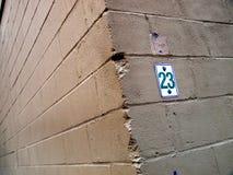 Gammal förfalla målad cementvägg royaltyfri fotografi