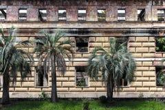 Gammal förfallen byggnad av parlamentet av Abchazien i Sukhumi Arkivbild