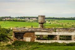 Gammal förfallen jordbruks- byggnad Royaltyfria Bilder