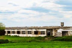 Gammal förfallen jordbruks- byggnad Arkivfoto
