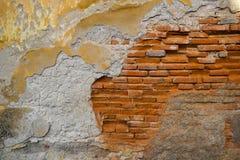 Gammal förmultnad och hopskrumpen tegelstenvägg Abstrakt bakgrundstextur av förfall och dekis royaltyfri fotografi