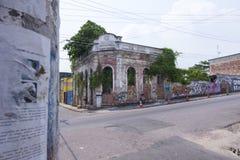 Gammal försämras byggnad i Manaus Royaltyfri Foto