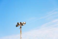 Gammal förstärkarehögtalare på himlen Arkivbilder