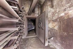 Gammal förstärkt säkerhetsdörr i en underjordisk kommunikationstunnel Royaltyfri Foto