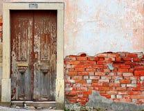 Gammal förstörd dörr royaltyfria bilder