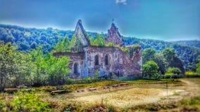 Gammal, förstörd härlig kyrka royaltyfri bild
