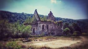 Gammal, förstörd härlig kyrka royaltyfria bilder