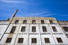 Gammal förstörd industriell fabrik med blå himmel i Uruguay Arkivfoton