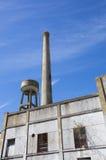 Gammal förstörd industriell fabrik med blå himmel i Uruguay Royaltyfri Fotografi