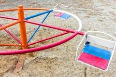 Gammal förstörd lekplats inga children& x27; s-lek i gården retro färgstil Royaltyfria Foton