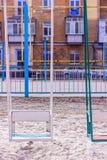 Gammal förstörd lekplats inga children& x27; s-lek i gården retro färgstil Arkivbilder