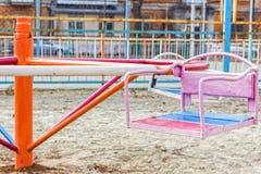 Gammal förstörd lekplats inga children& x27; s-lek i gården retro färgstil Royaltyfri Fotografi