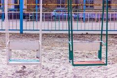Gammal förstörd lekplats inga children& x27; s-lek i gården retro färgstil Royaltyfria Bilder